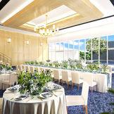 壁一面の窓から自然光が降り注ぎ、テラスまで一続きになった可能ようなパーティー会場