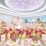 思い出を鮮明に彩るパーティー会場「リップル」。天井や壁に水の波紋がデザインされ、壁一面がガラス張りになっていて東京湾が一望できるバンケット。ウォーターフロントを満喫できる。