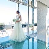 自然光がさしこみ、花嫁姿をより一層輝かせてくれる