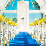 前面ガラス張りの開放的なチャペルは祭壇に陽光がキラキラと降り注ぐ。眼前に広がる海と空が織りなすブルーが眩い空間はふたりの記憶に永遠にのこるはず。