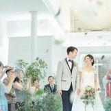 お二人が叶えたい誓いの雰囲気に合わせてコーディネートが自由自在!あふれる緑と降り注ぐ自然光に包まれ、ゲストと共に喜びを分かち合う。