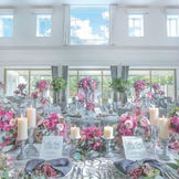 大きな窓から差し込む自然光が会場内を優しく照らす。