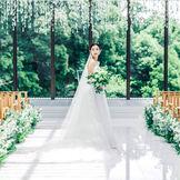 自然光がたっぷり入るチャペルでは花嫁姿が美しく輝く