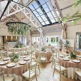 天井からは外光が差し込みテラスとひとつなぎになっている開放的な空間。