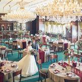 【サテュロス】和モダンなコーディネートが映えると大人花嫁からも人気。木目が優しい空間には、和装・洋装どちらも似合う