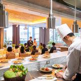 清潔感のあるオープンキッチンでシェフが料理をしている姿、調理の音・香り・活気を感じていただけるのも魅力