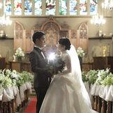 壮大な大聖堂の中で永遠の愛を誓う