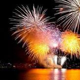 琵琶湖の花火大会の様子。湖面から打ち上げられる大輪の花火は圧巻。