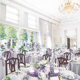 ガーデンに面した大きな窓が特徴の開放的な披露宴会場。白とブラウンで統一された空間はどんなコーディネートも可能です。