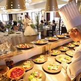 オープンキッチンでは料理のライブ演出も人気