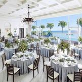ガラス張りの大きな窓から湘南の海を一望できる開放的な披露宴会場。
