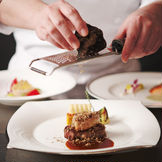 世界料理オリンピック金メダリストの角垣総料理長が贈る「おもてなし婚礼料理」はゲストの皆様を思わず笑顔にしてくれます