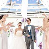 【フラワーシャワー】大切なゲストに囲まれて、花の香りに包み込まれるおふたりにはさらなる幸せが訪れる。