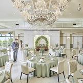 清潔感溢れる純白の会場でお二人にぴったりのコーディネートをご提案!シャンデリアが輝く会場は華やかさやナチュラルさも自由自在にコーディネートできるカサデアンジェラ♪