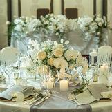 人気の白コーディネート 始まり、それから祝福をイメージさせる ホワイトカラーのコーディネート  多彩な花、装飾でのご提案が可能です