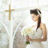 自然の光に包まれ、ウェディングドレス姿もより一層輝く