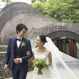 挙式後は、軽井沢らしいロケーションを感じられる橋の上でゲストと触れ合うひとときを。