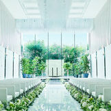 【クリスタルチャペル】真っ白にかがやく18mのバージンロードの奥には、緑あふれる祭壇