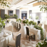 【モダンスイート】ダークブランを基調とした会場を白と緑でコーディネートすれば、爽やかでスタイリッシュな会場に