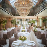最大150名様まで着席可能な披露宴会場は豪華で上品なのに、あたたかみを感じられる素敵な空間