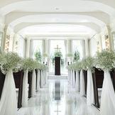 ガラス張りの祭壇から暖かな自然光が差し込み、二人を祝福するチャペル。1300坪の広大な敷地の中央に佇む完全貸切の独立型チャペル。