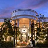 大通りに面した緑に囲まれた白亜の貸切邸宅。夜はイルミネーションが輝き幻想的な空間に