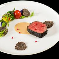 真っ黒に焼き上げた黒毛和牛フィレ肉のグリル ポルチーニソース