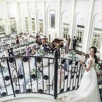 ウェディングパーティでは、オープニングを飾る階段入場で歓喜の登場を。