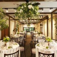 伝統工法でリノベーションされた披露宴会場は、居心地の良さと温かさを感じる空間。