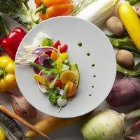 見た目も色鮮やかな料理や、普段味わえない食材などを使用した目も舌も楽しませてくれる婚礼料理をご提案します
