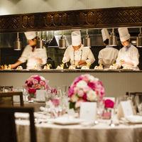 各フロアにオープンキッチンが併設。温かいのは当たり前に、5感で楽しめるお料理を。