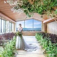花嫁様のウエディングドレス姿が映えるように。とバージンロードは木目調に。京都ロケーションが美しい拘りチャペルで感動挙式を