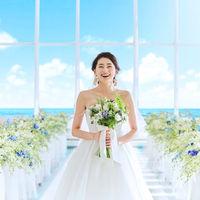 青空と海のチャペルはウェディングドレス姿が美しく映える