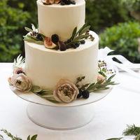 無花果、ブラックベリー、ブルーベリーと会場装花の雰囲気に合わせたお花たちシンプルに