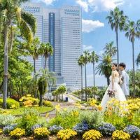 季節の草花が南国・宮崎らしい景観を作り出すホテルのメインエントランスは前撮りスポットとしても人気