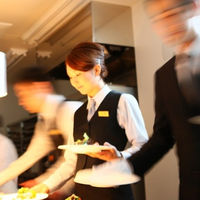 数々の結婚式をお手伝いさせていただいた優秀なサービススタッフばかりだから、安心して披露宴を楽しめる