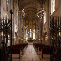 誰もが息をのむ厳粛な祈りの空間に、パイプオルガンの美しい音色が響きわたります。 石畳のヴァージンロード、自然光が映しだすステンドグラスの聖人たち・・・。 本物だけに与えられた感動がここにあります。