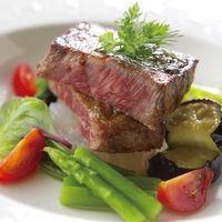 結婚式当日選べるお肉料理は、 サーロインとフィレからゲストがお好みを お選びいただける贅沢な一品です。