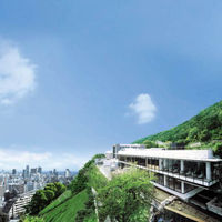 北野の高台に立つ「SOLA」は「スカイヴィラ(空の別荘)」と呼ぶにふさわしいゲストハウス