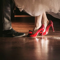 靴に自分らしさをプラスするのも◎ 赤が映え、注目の的に!