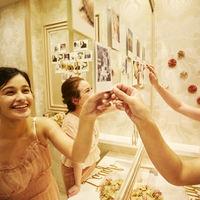 フロア内の鏡に、写真やペーパーフラワーを貼ったりと、自由度の高い装飾が叶うのは貸切ならでは