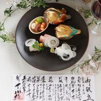 料理長が手書きさせていただくメニュー表は、皆様の期待を高め、お料理の雰囲気を盛り上げます。