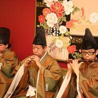 雅楽の生演奏の中執り行われる神前式