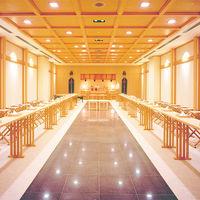神前式場「高砂(たかさご)」。北海道神宮の神主と巫女が式を執り行うので、本格的。御影石でできた床が白無垢を引き立たせます。
