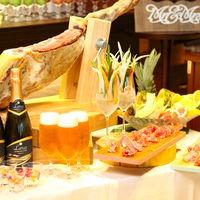 ウェルカムパーティーの一幕では生ハムや生ビールなどを提供