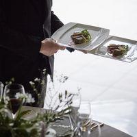 料理提供時は食材のこだわりから調理工程、お召し上がりのポイントなど丁寧に説明。料理に合わせるワインとのマリアージュもお楽しみいただけます。