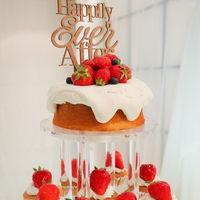ケーキトッパーが可愛いウェディングケーキ