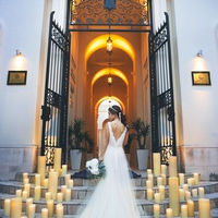 最高の瞬間をメモリーに刻む凱旋門前での花嫁フォト。リクエスト撮影が絶えない人気のフォトスポット。