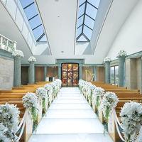 広々とした挙式会場 明るい自然光が射し込むなか、アンティークのステンドグラスがおふたりを祝福します。