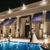 ナイトウェディングでのライトアップは、おふたりの貸切邸宅をさらに重厚にうつしだします。ゲストとのフォトエリアとしても好評。